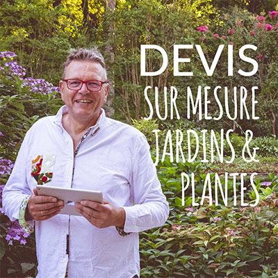 Patrick Makowka, coach Jardin et plantes, debout dans son jardin, vous propose un devis pour vous aider dans vos projets de jardinages